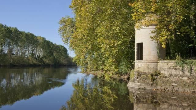 Château des Ormes, tourelle en bord de Vienne permettait de prélever des droits de péage sur la rivière