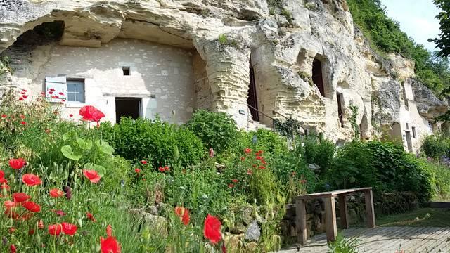 La falaise et le village troglodyte