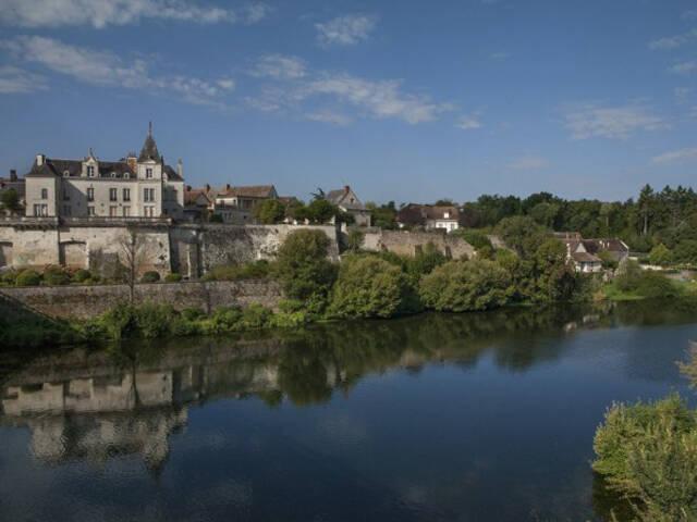 Le bourg de La Roche-Posay sur la rive gauche de la Creuse ©C. Rome