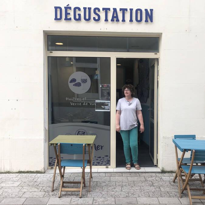 Béatrice Fichet devant son bar à huîtres