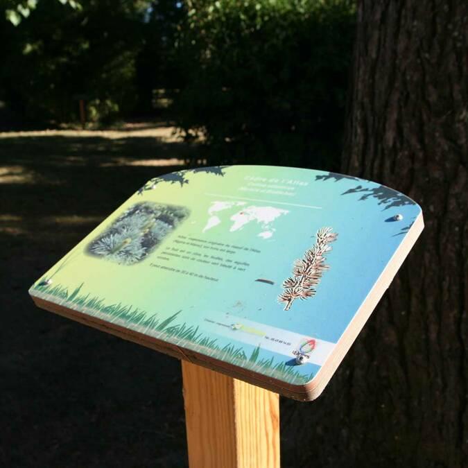 Panneau pédagogique dans le parc de la mairie des Ormes