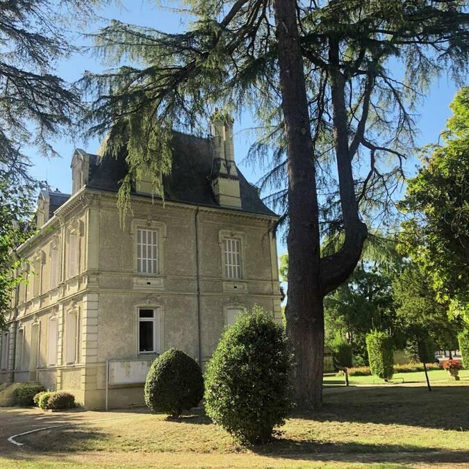 La mairie des Ormes et son parc