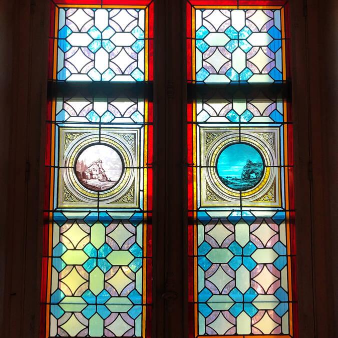 Les Ormes : vitraux de la Villa Caroline