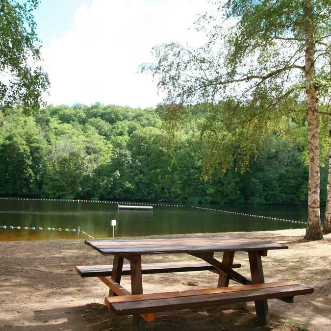 Table de pique-nique au parc de Crémault à Bonneuil-Matours