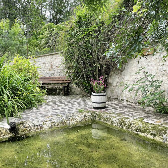 La fontaine fleurie dans le bourg de Mairé