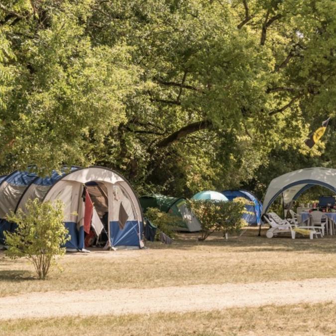 Emplacements de camping au Petit Trianon de Saint-Ustre