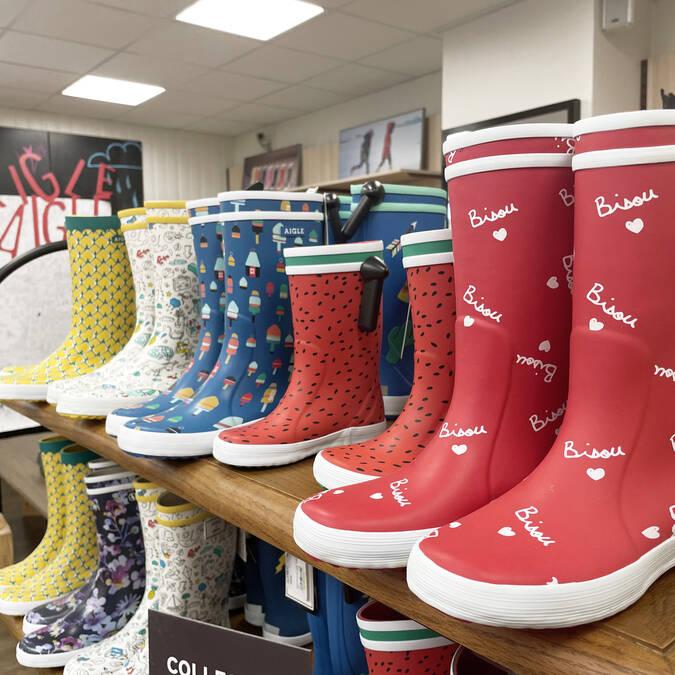 Grand choix de bottes dans le magasin d'usine d'Ingrandes